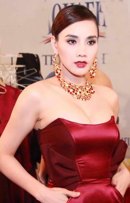 """Trang Nhung gây ngộp thở vì ngực """"khủng"""" - 2"""