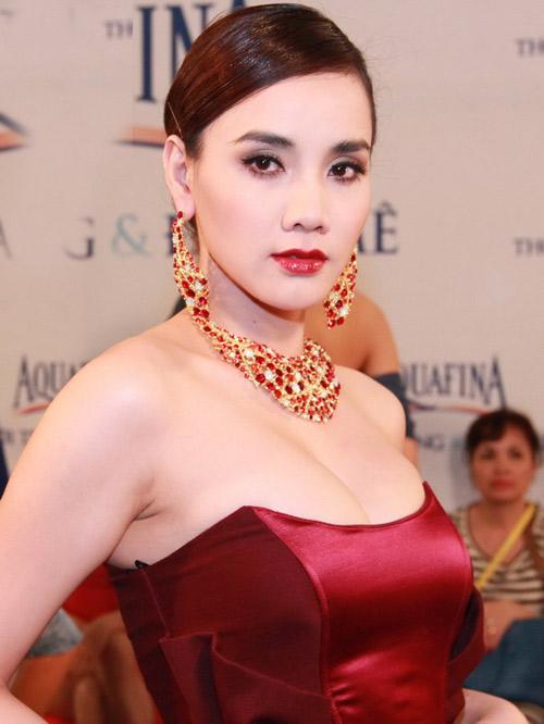 """Trang Nhung gây ngộp thở vì ngực """"khủng"""" - 1"""