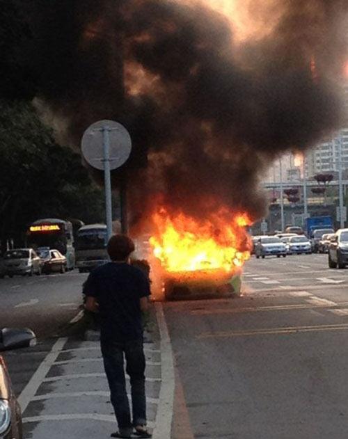 Lamborghini Murcielago cháy dữ dội trên phố - 1