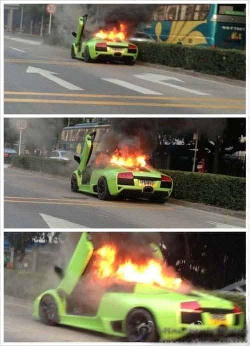 Lamborghini Murcielago cháy dữ dội trên phố - 2