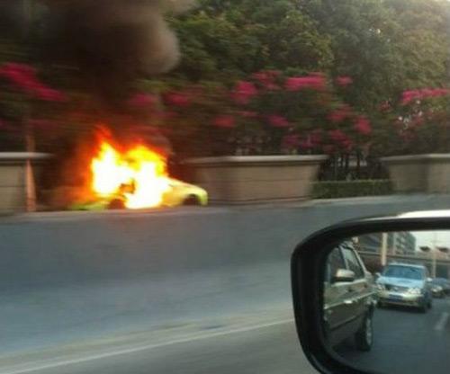 Lamborghini Murcielago cháy dữ dội trên phố - 4