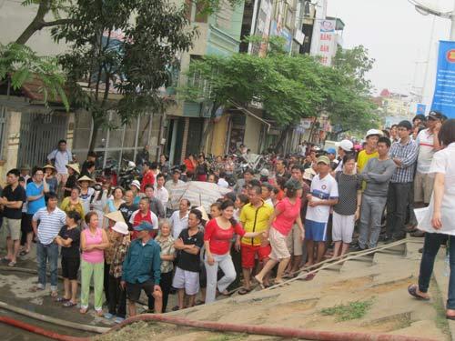 Hà Nội: Cháy lớn, nhà 5 tầng đổ sập - 10