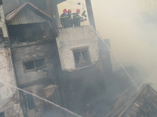 Hà Nội: Cháy lớn, nhà 5 tầng đổ sập - 8