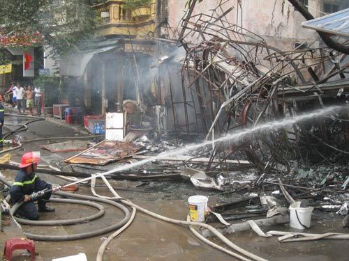 Hà Nội: Cháy lớn, nhà 5 tầng đổ sập - 9