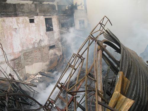 Hà Nội: Cháy lớn, nhà 5 tầng đổ sập - 3