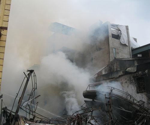 Hoang tàn sau đám cháy nhà 5 tầng - 1