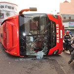 Tin tức trong ngày - Xe khách tông nhau, hơn 10 người thoát chết
