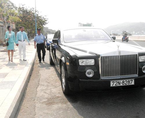 Đại gia lái Rolls-Royce 25 tỷ đi ăn sáng - 13