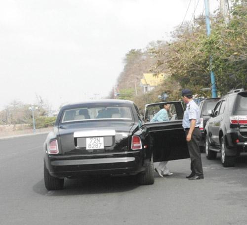 Đại gia lái Rolls-Royce 25 tỷ đi ăn sáng - 4