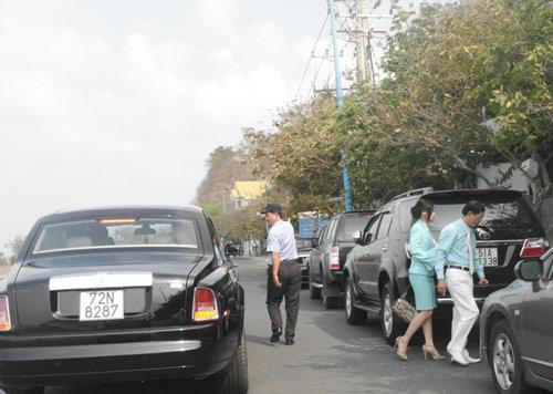 Đại gia lái Rolls-Royce 25 tỷ đi ăn sáng - 6