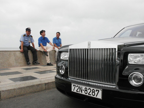 Đại gia lái Rolls-Royce 25 tỷ đi ăn sáng - 9
