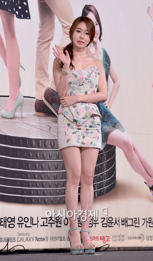 Mỹ nữ Hàn lộ đùi ếch vì váy ngắn cũn - 10