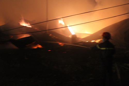 Bình Dương: Cháy lớn gần ga Sóng Thần - 1