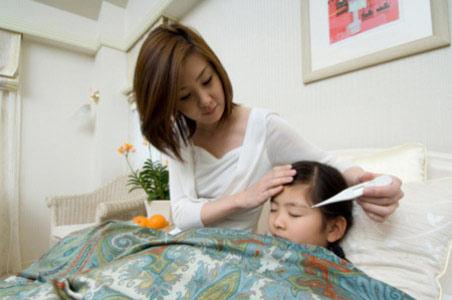 Gần 50% bà mẹ sai lầm khi chăm trẻ sốt - 1