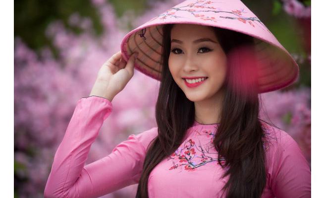 Cô giành danh hiệu Hoa khôi Đồng bằng sông Cửu Long 2012 và đang theo học ngành Tài chính Ngân hàng tại Cần Thơ.