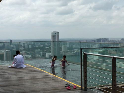 Cận cảnh bể bơi cao nhất thế giới - 8