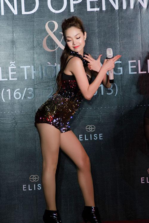 Minh Hằng khoe dáng với váy đuôi cá - 6