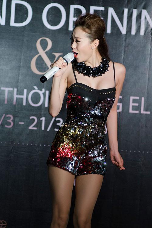 Minh Hằng khoe dáng với váy đuôi cá - 5