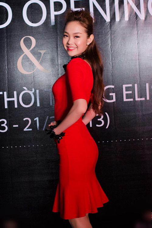 Minh Hằng khoe dáng với váy đuôi cá - 3