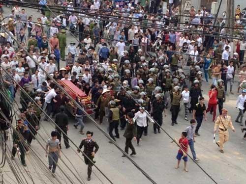 Vĩnh Phúc: Mang người chết diễu hành khắp phố