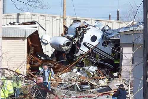 Bị máy bay đâm vào nhà vẫn sống sót - 1