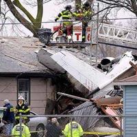 Bị máy bay đâm vào nhà vẫn sống sót