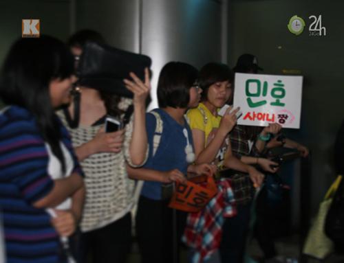 """Fan Việt """"nhiệt tình"""" rượt đuổi Minho - 12"""