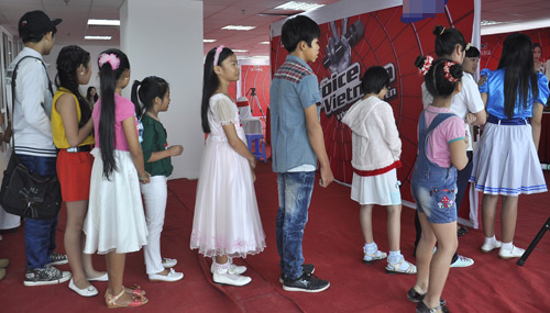 Phương Uyên tất bật chấm The Voice Kids - 1