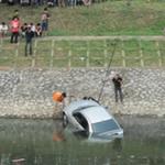 """Tin tức trong ngày - HN: Xế hộp BMW """"tắm"""" sông Tô Lịch"""