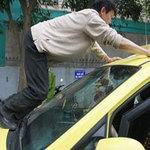 Tin tức trong ngày - Taxi hất tự quản phường lên nắp capo