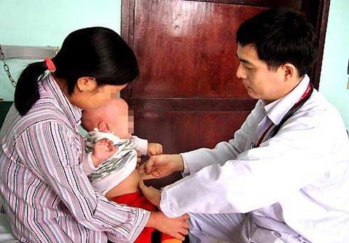 Gia đình có 4 trẻ sơ sinh cứ bú mẹ là tử vong - 1