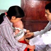 Gia đình có 4 trẻ sơ sinh cứ bú mẹ là tử vong