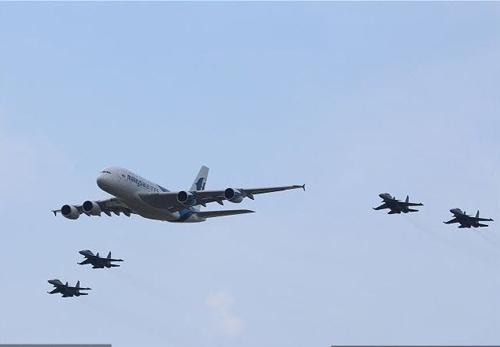 Nga, Pháp phô diễn sức mạnh của chiến đấu cơ - 1