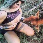 Phi thường - kỳ quặc - Cô gái ngực khủng... cho bê bú sữa