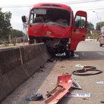 """Tin tức trong ngày - Ô tô """"trèo"""" dải phân cách, 20 người bị thương"""