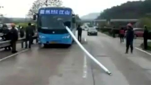 TQ: Cột sắt đâm ô tô, thoát chết kỳ diệu - 3