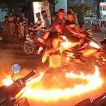 """Phi thường - kỳ quặc - """"Thiếu nữ"""" Việt cởi áo múa lửa giữa đường"""