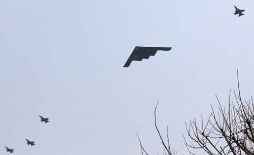 Tên lửa Triều Tiên chĩa vào máy bay Mỹ - 1
