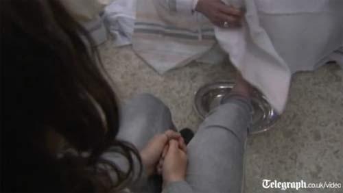 Giáo hoàng tự tay rửa chân cho tù nhân - 1