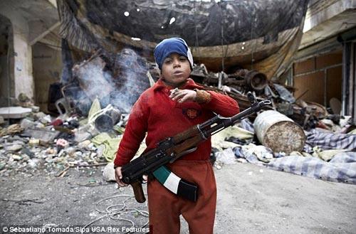 """Hình ảnh """"sốc"""" về chiến binh 7 tuổi ở Syria - 1"""