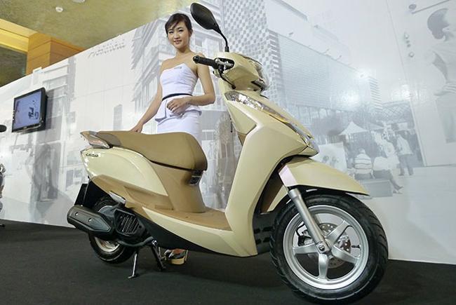Đúng 29/3 vừa qua, Honda Việt Nam đã chính thức tung ra thị trường  mẫu xe LEAD 125 FI. Tuy nhiên, ngay sau khi có sẵn thì model này đã bị các đại lý trong nước nâng giá bán từ 37,5 triệu đồng và 38,5 triệu đồng cho phiên bản tiêu chuẩn và cao cấp lên thành 38,5 triệu đồng và 39,5 triệu đồng (chưa bao giấy tờ).