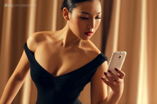 Những tư thế độc đã được người đẹp dùng để khoe chiếc smartphone, cùng những đường cong nóng bỏng.