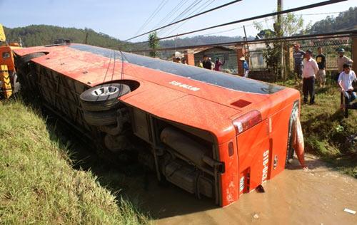 Xe khách lao xuống suối, 18 người cấp cứu - 3