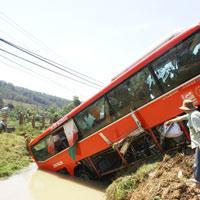 Xe khách lao xuống suối, 18 người cấp cứu