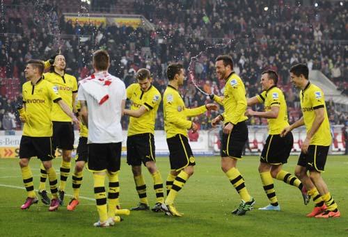 Stuttgart - Dortmund: Lewandowski tỏa sáng - 1