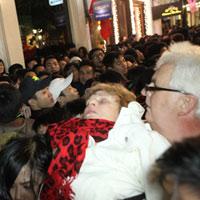 Khách nước ngoài ngất xỉu vì đi đón năm mới ở HN