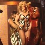 Ca nhạc - MTV - Britney Spears suýt tụt trang phục trên sân khấu