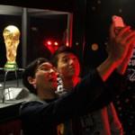 Bóng đá - Xếp hàng dài ngắm Cup vàng World Cup