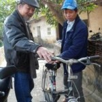 Tin tức trong ngày - Án oan 10 năm: Ông Chấn ngượng nghịu tập đi xe đạp