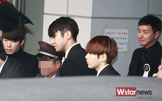 Trưởng nhóm Super Junior khóc ngất vĩnh biệt người thân - 10